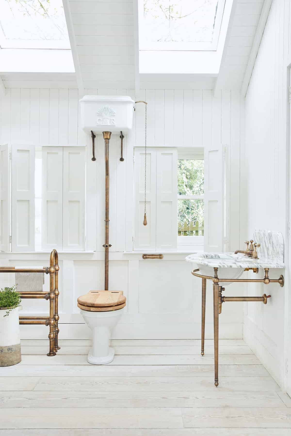 RS6342_HIGH_LEVEL_WHEATSHEAF_CISTERN_ENSEMBLE_PAINTED_WHITE_WITH_AGED_BRASS_FITTINGS_WITH_VICTORIA_WC_PAN_5526